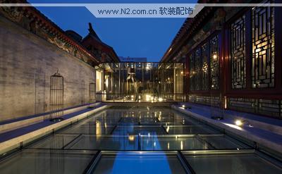 四合院的前庭部分地面完全大手笔地被半透明玻璃替换