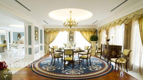 打破西方传统观念的圆桌,有着友爱与平等的意味。为了衬托圆桌的实体,圆型欧式花纹地毯与圆型的吊顶于之呼应。餐厅的复合实木地板与钢琴区明亮大理石成了很好的功能区域划分标志,自然的过渡让每个空间都独特的意味。