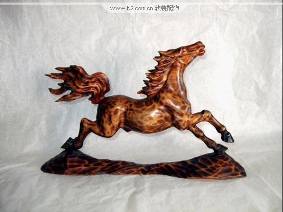 木雕工艺品是陈列,摆设于橱