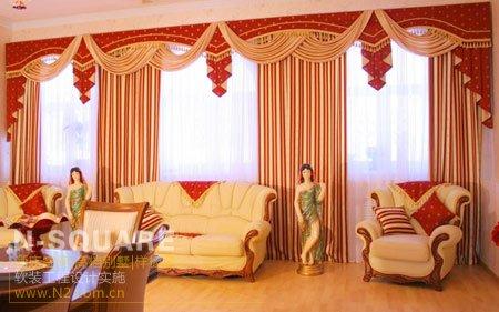 选择室内主色调的对比色作为窗帘用色,可以起到平衡整体色彩的作用。大红色竖条窗帘搭配白色皮具沙发,有层次感不会太单调,整体色调比较艳丽