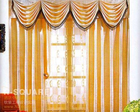 亮丽黄色高挑窗帘,极度吸引眼球,加上家具颜色偏暖色系,风格协调之余增加房间的光线感
