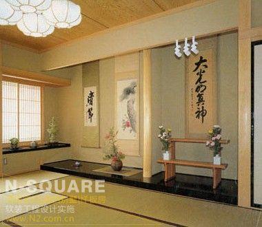 宁静/麻质的壁纸、简单的条几和角落里的绿竹枯枝、花草掩映,让日式...