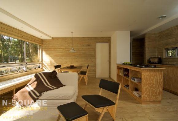 木质的墙壁和地板都为装修样板房透露出一种原木的
